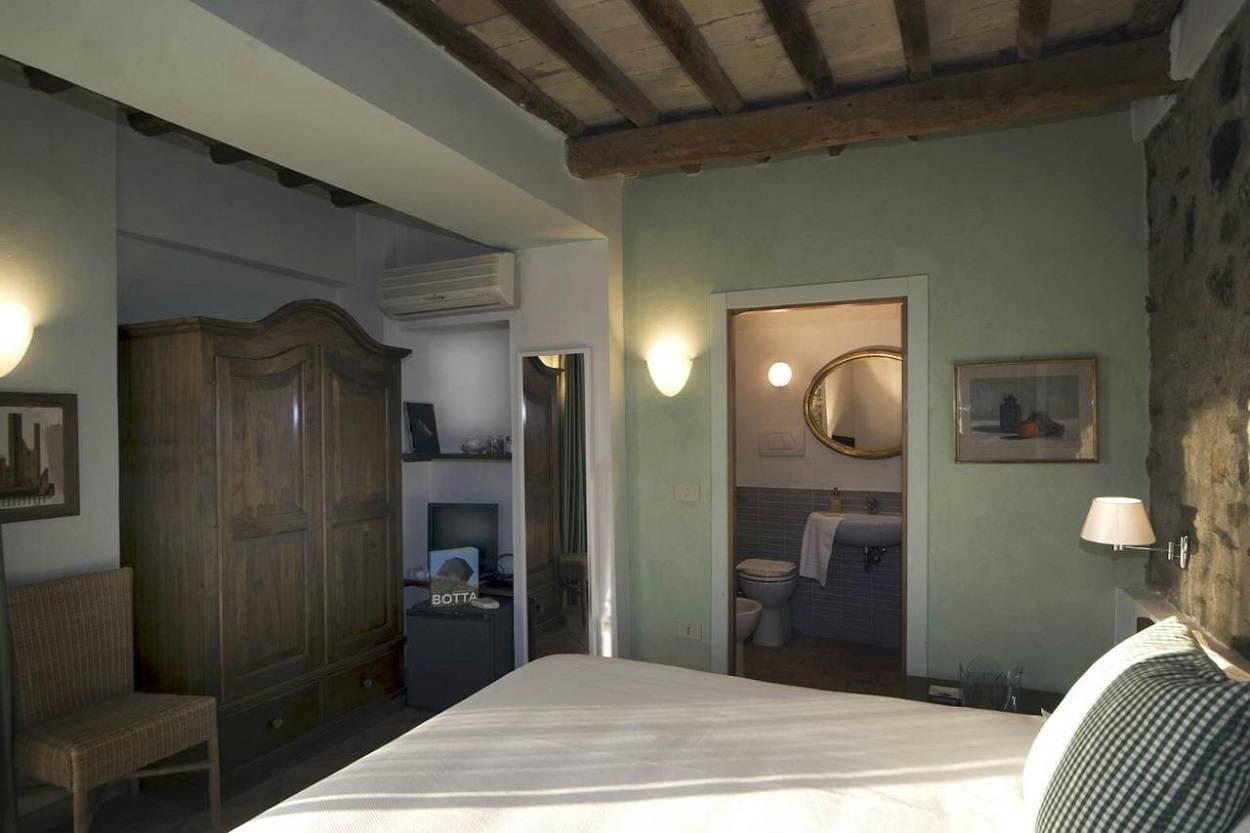 zimmer-mit-angeschlossene-badezimmer-panoramablick-aussenbereich.jpg