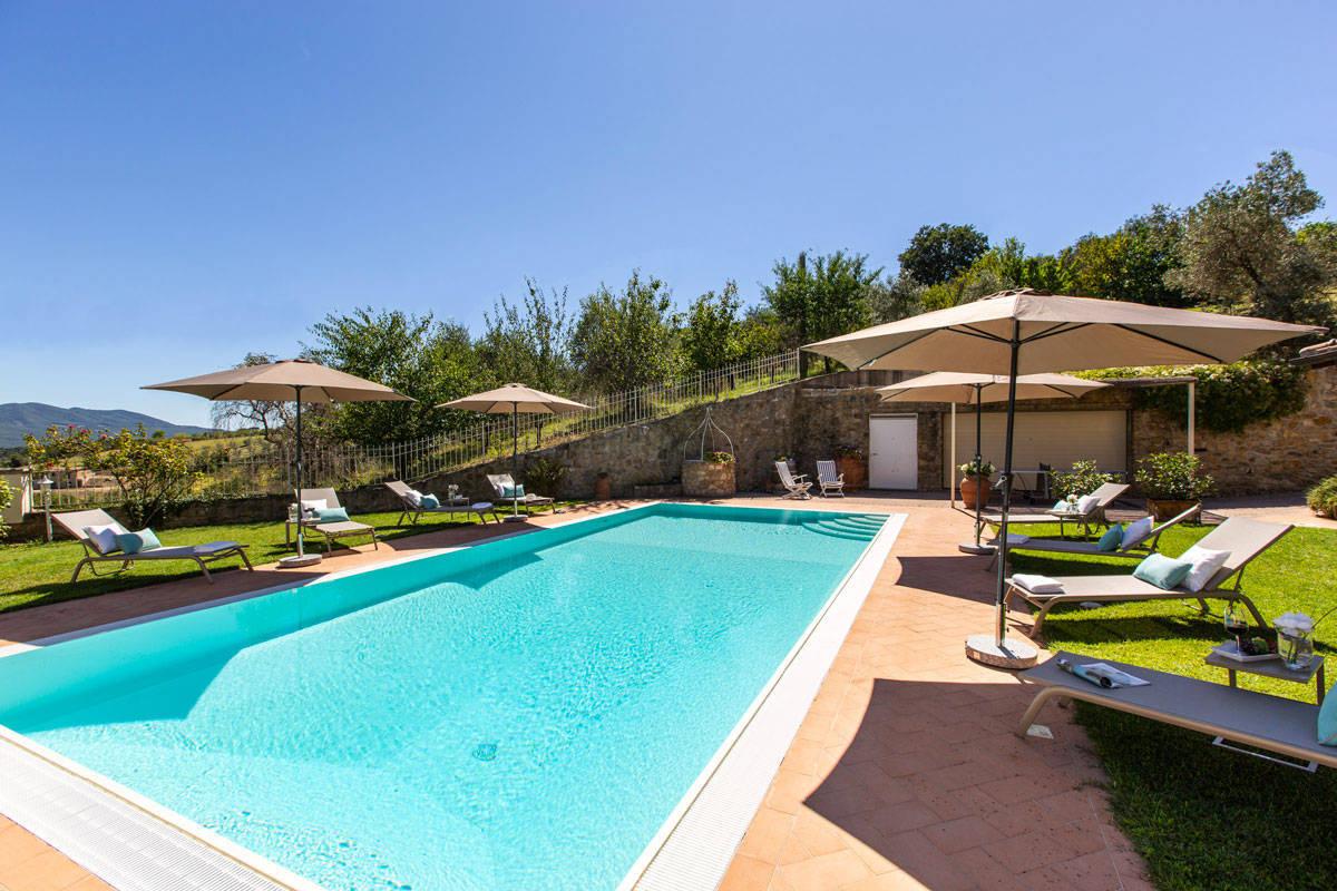 luxus-villa-toskana-private-pool-vier-schlafzimmer-garten-service.jpg