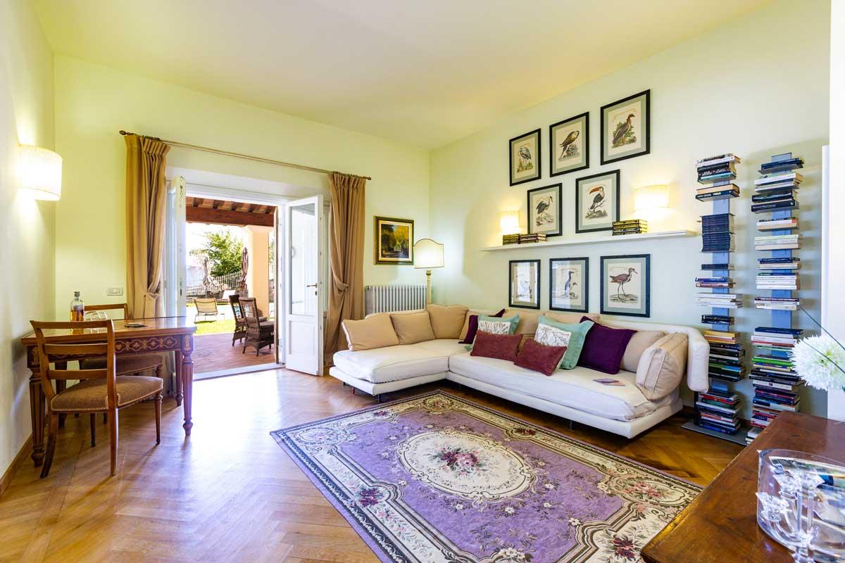 wohnzimmer-mit-kamin-terrasse-tv-sat.jpg