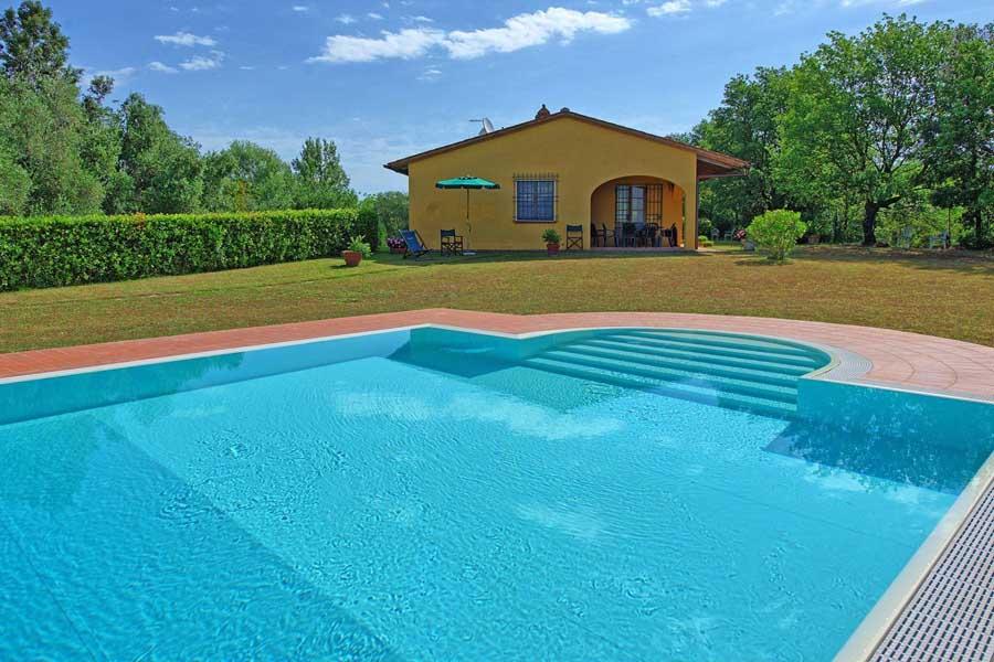 toskana-grosser-pool-sprungbrett.jpg